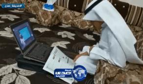 بالفيديو.. طالب يندمج في المذاكرة خلال متابعته لقناة عين