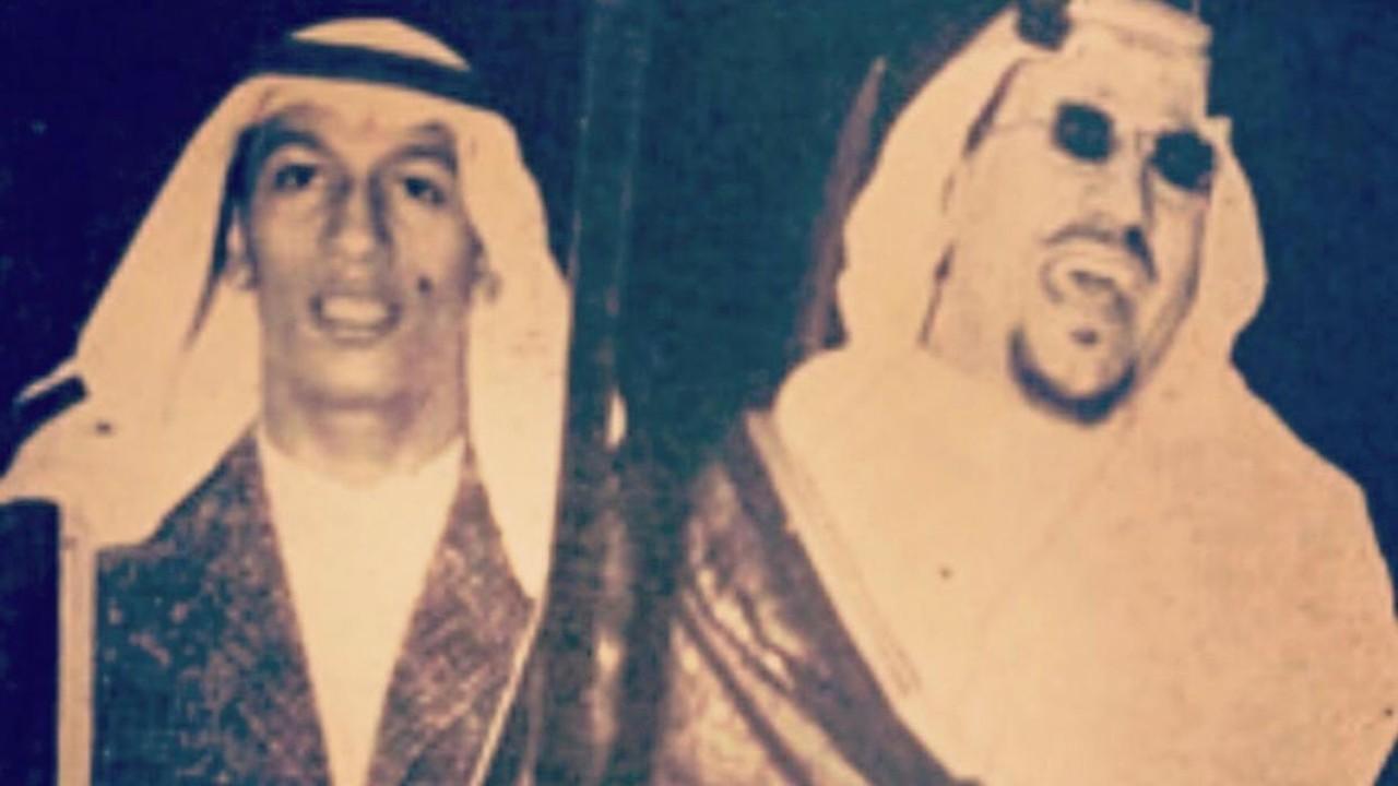 ابتسامة الملك سعود والأمير ماجد خلال أداء «العرضة النجدية» (صورة)