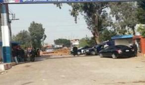 أهالي قرية مصابة بكورونا يخرجون في مسيرة!