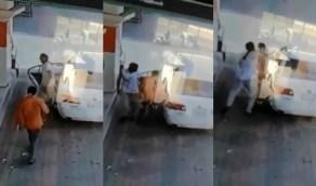 شاهد.. شاب يدفع عاملًا بالقوة إلى داخل مركبة بمحطة وقود في بيش