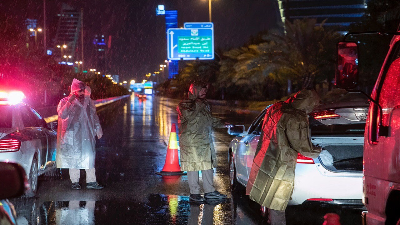 بالصور..أجواء أوروبية في الرياض ورجال الأمن يباشرون أعمالهم تحت المطر