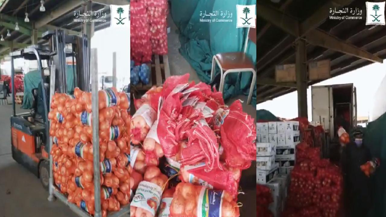 بالفيديو.. ضبط عمالة تُعبئ البصل في أكياس لشركات وطنية لبيعه بسعر أعلى