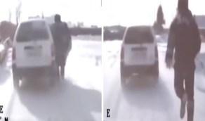 شاهد.. رجل شرطة يطارد مجرمًا ويوقف سيارته بيديه