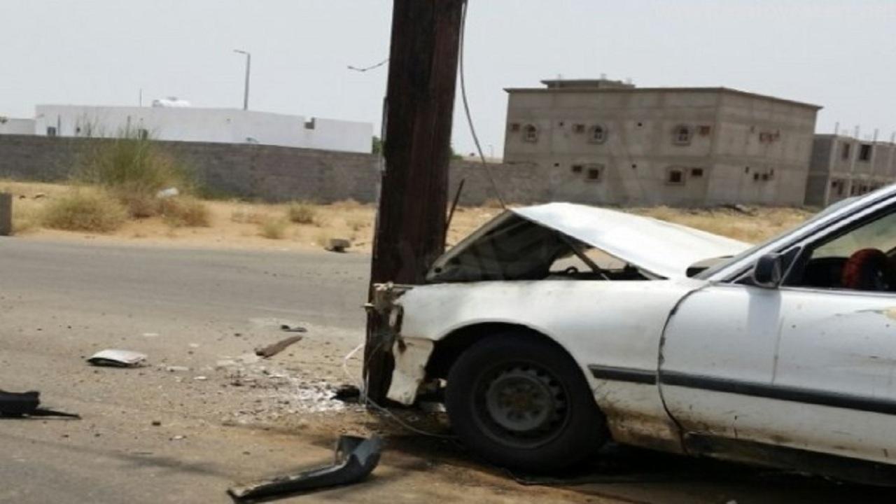 إصابة قائد مركبة بعد اصطدامها في «عامود إنارة» بالطائف