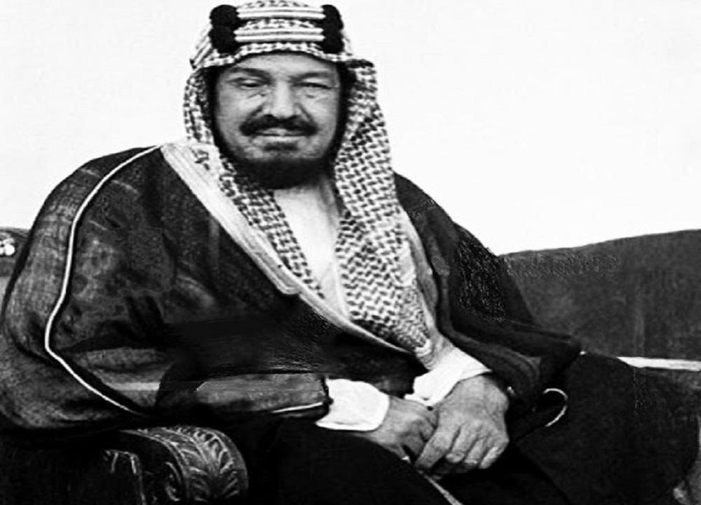 مقطع نادر للملك عبدالعزيز مع أبنائه في قصر المربع بالرياض