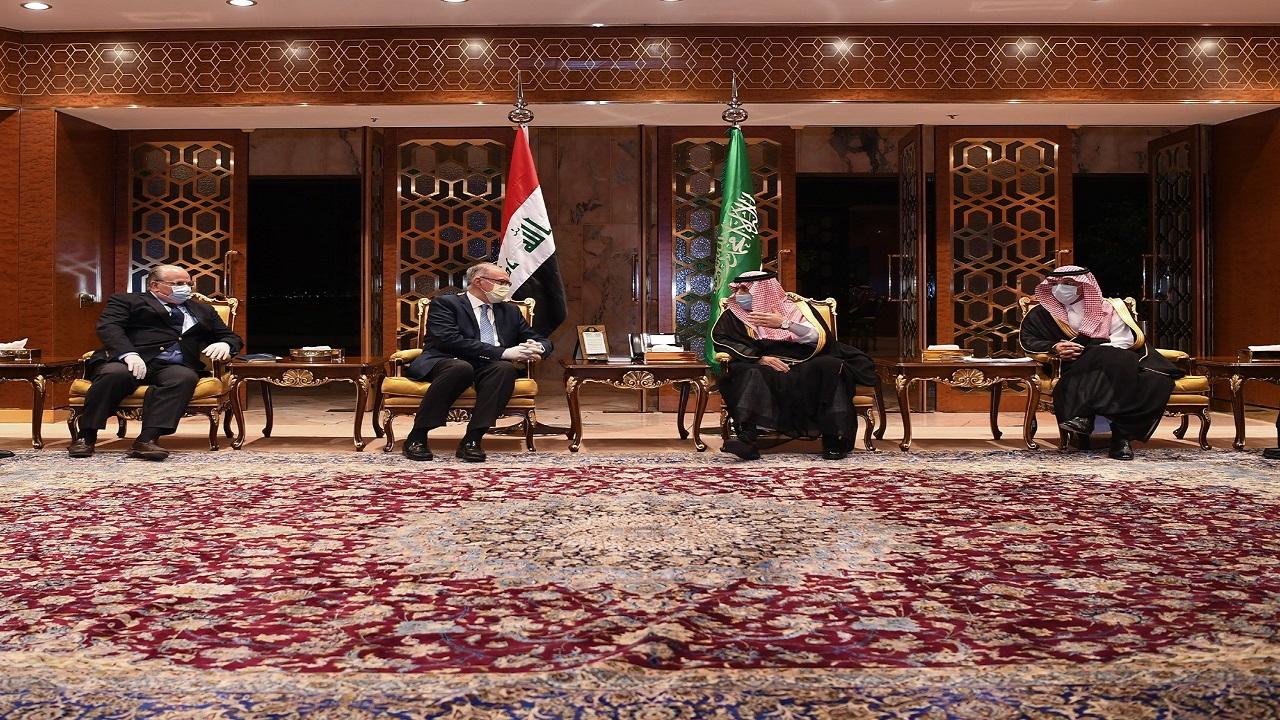 «كمامات» و«تباعد» خلال استقبال نائب رئيس مجلس الوزراء العراقي بالرياض (صور)