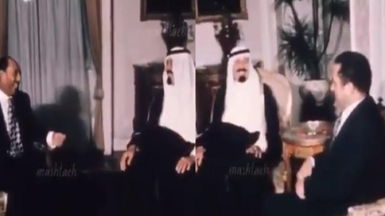 شاهد.. استقبال «السادات» للملك عبدالله في منزله