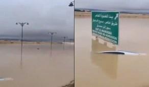 شاهد.. غرق طريق بسبب غزارة الأمطار