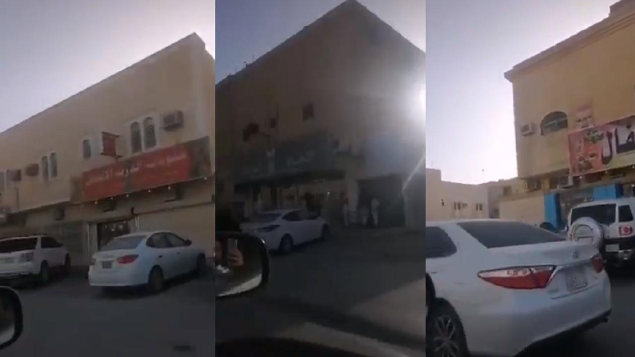 بالفيديو.. وافد يُهدد مواطن بالدهس ويشتمه بأفظع الألفاظ