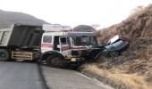 """شاحنة تدهس مركبة على طريق """"العرضيات - المخواه """""""