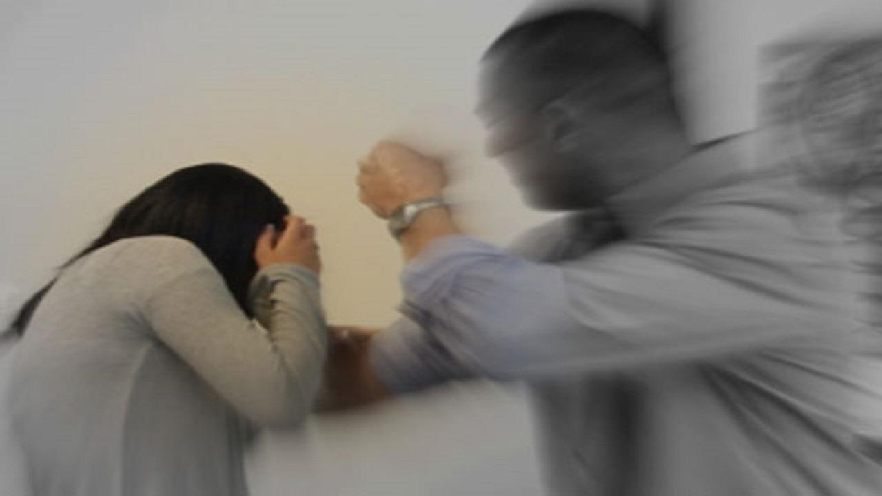 رجل يسجل مقاطع فيديو أثناء تعنيفه لزوجته لإثبات رجولته!