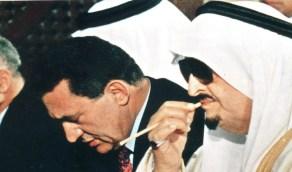 صورة قديمة للملك فهد يؤدي صلاة الجمعة في الأزهر رفقة حسني مبارك
