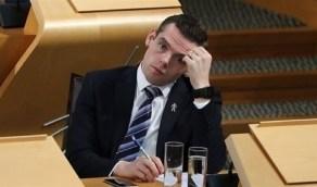 وزير بريطاني يستقيل بسبب تشككه في أسباب خرق مستشار جونسون للعزل