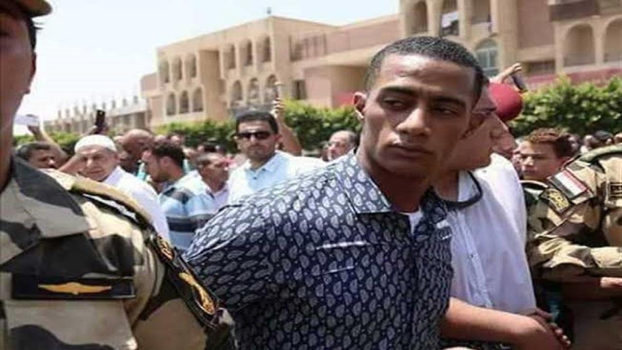 محمد رمضان ينشر صورة له وهو يقبل جثمان الشهيد أحمد المنسي