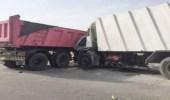 إصابة شخصين في اصطدام شاحنتين على طريق السيل