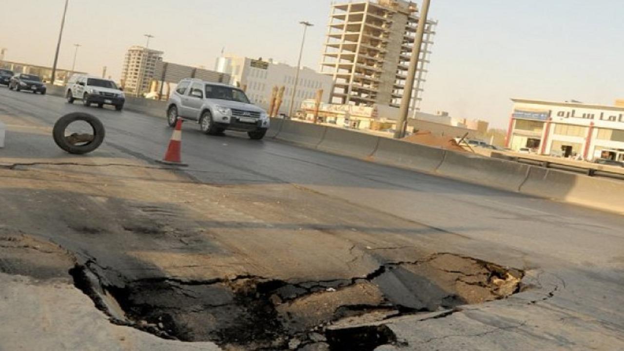 تأثير حفر الطريق على السيارة والتصرف السليم عند الوقوع فيها
