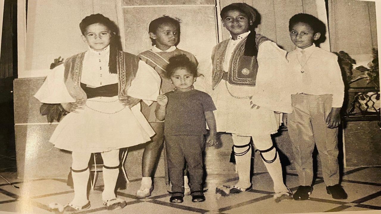 صورة نادرة لأبناء الملك سعود بالزي الفلكلوري اليوناني