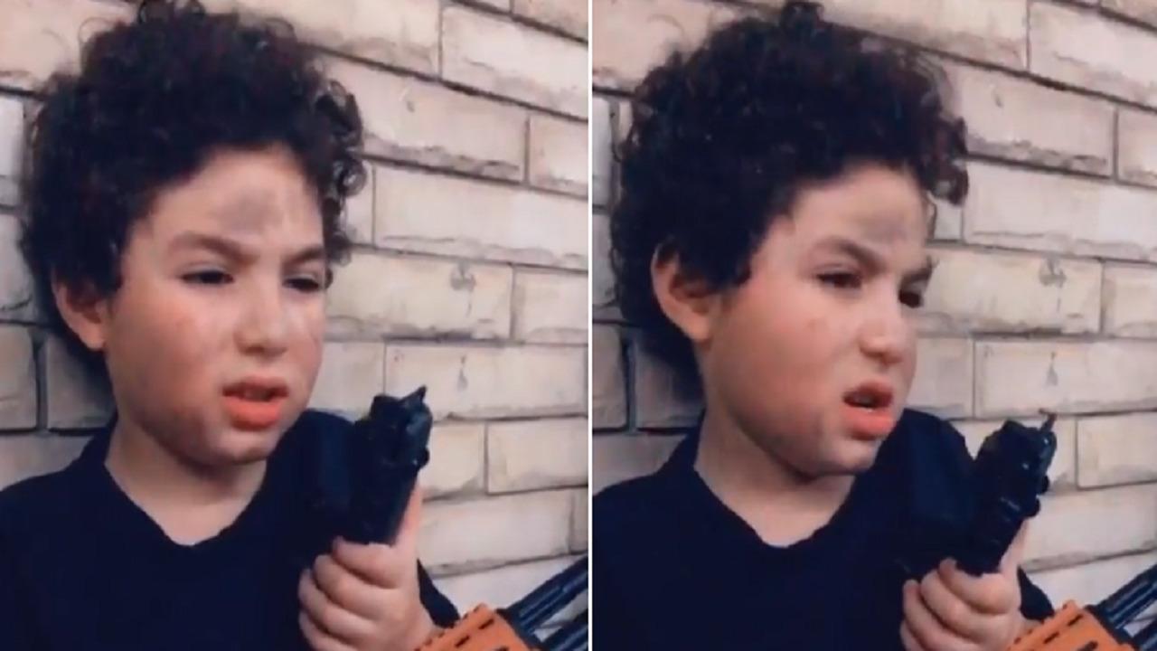 بالفيديو .. ابن شقيقة أنغام يقلد أمير كرارة