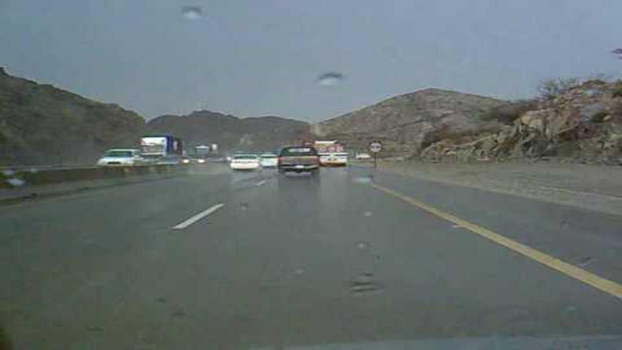 هطول أمطار على طريق الطائف-السيل