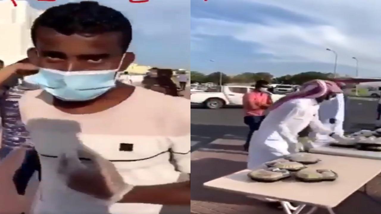 بالفيديو..قطري يرفض إعطاء عامل غير مسلم وجبة إفطار