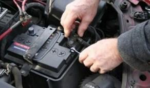 خطوات سهلة لتنظيف بطارية السيارة