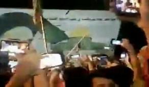 """عراقيون يطيحون بصورة كبيرة للخميني ويرددون هتافات """" كلا للأحزاب """"(فيديو)"""