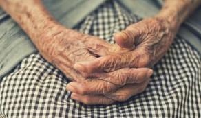 بالفيديو.. شاب يغتصب مسنة معاقة ذهنيا ويغسل يديه من دمائها ويفر هاربا