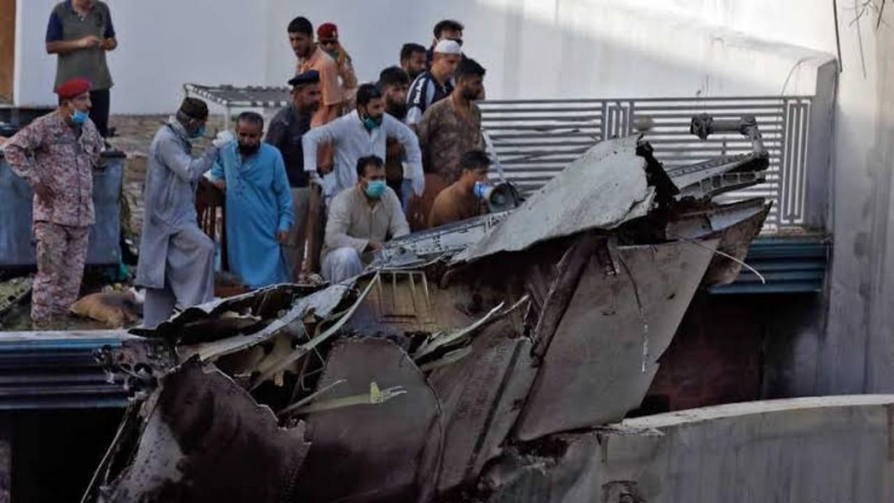 أحد الناجين من تحطم الطائرة الباكستانية يكشف تفاصيل نجاته