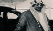 صورة نادرة للملك سعود في عمر 37 عاما وهو يفتح باب السيارة لوالده