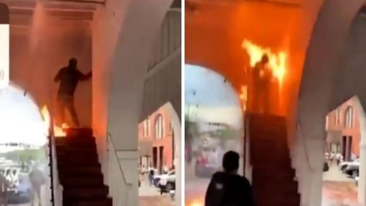 شاهد.. متظاهر يشعل النار في نفسه عن طريق الخطأ