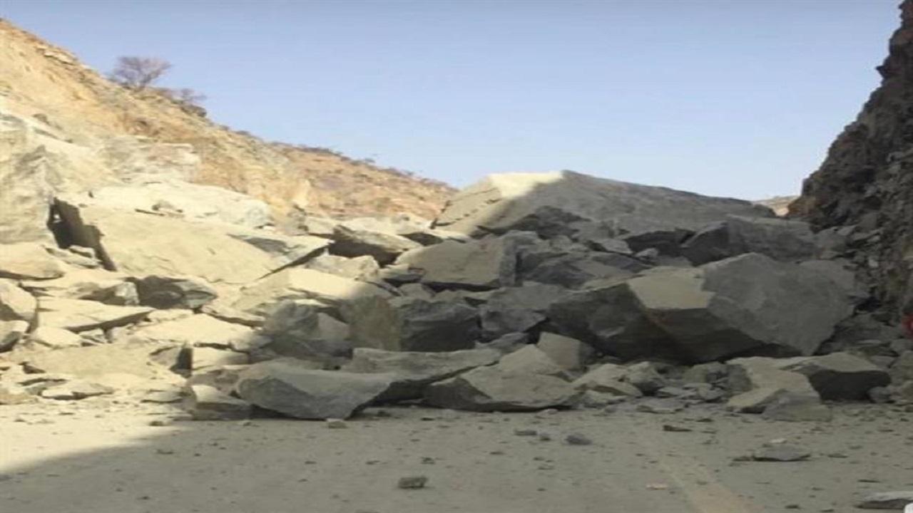 بالصور .. انهيار صخري مفاجئ يغلق الطريق الرابط بين أضم والليث