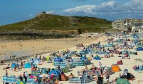 بالفيديو.. شجار عنيف على الشواطئ البريطانية بعد تخفيف الإجراءات الإحترازية