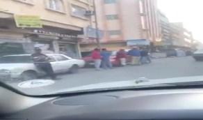 بالفيديو .. خروج عشرات العمال العاطلين بحثاً عن العمل بعد السماح بالتجول