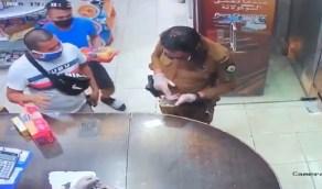 بالفيديو.. رجل أمن يفاجئ متسوقين بالكشف عن تصاريح تنقلهم