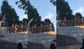بالفيديو.. المتظاهرون بأمريكا يُسقطون تماثيل أشخاصًا عُرفوا بعنصريتهم