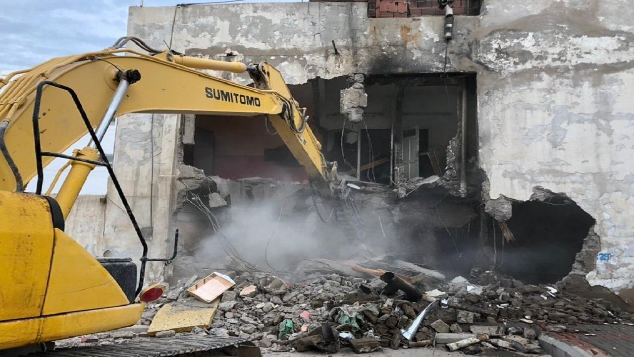 بالصور.. إزالة المباني المهجورة والآيلة للسقوط بحي المغيسلة في المدينة