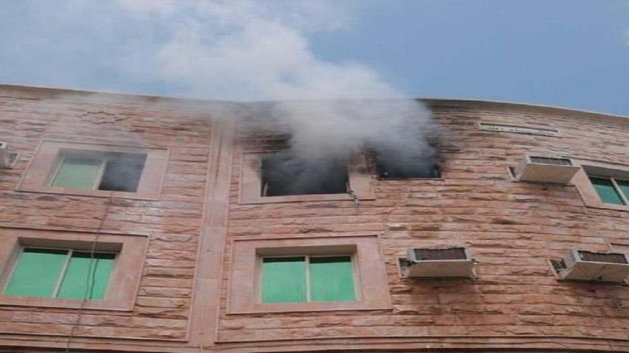 بالصور.. احتجاز 3 أطفال في حريق شقة بالخبر