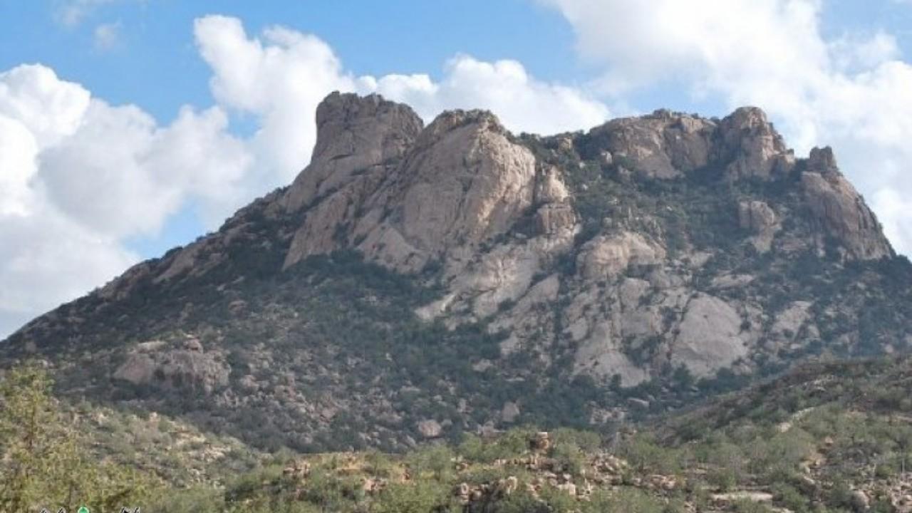 إنقاذ 3 أشخاص فقدوا أثناء التنزه في منطقة جبلية وعرة بالطائف