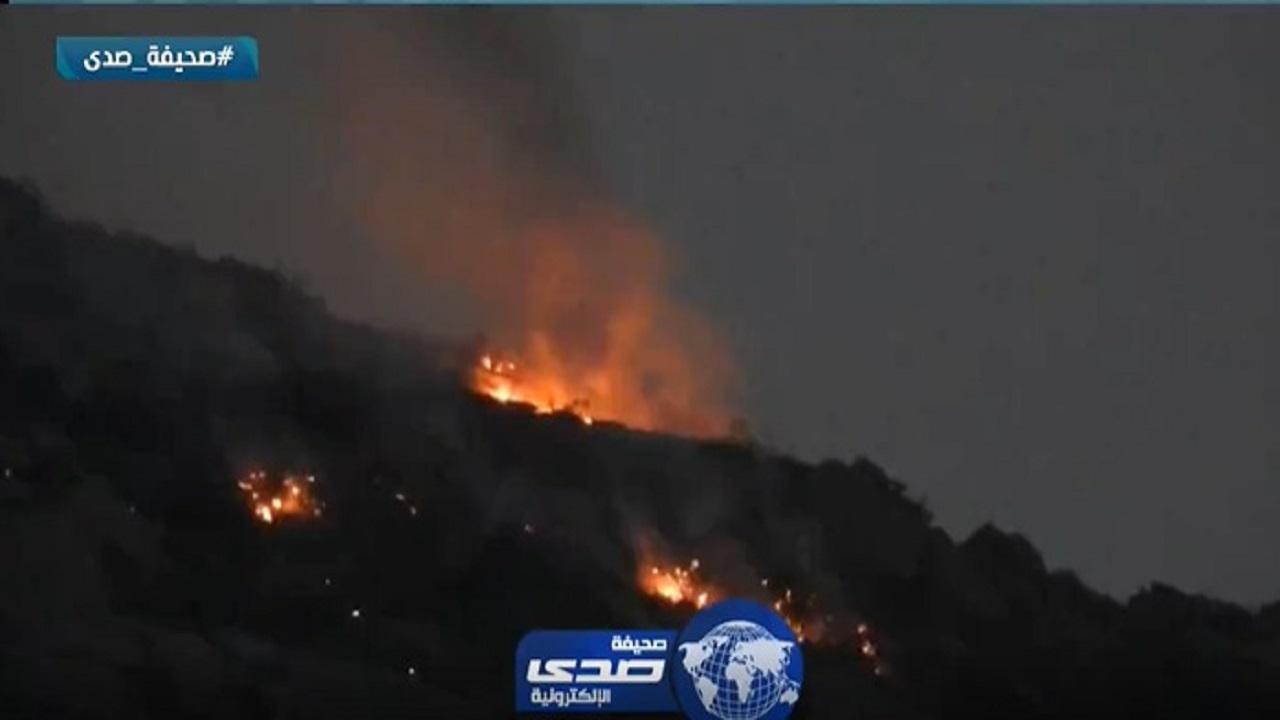 """مدني أضم يباشر حريق جبل """"جلجل"""" وسط مخاوف من انتقاله للسكان"""