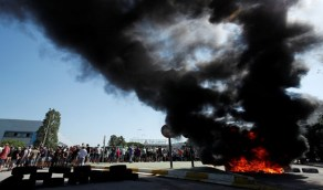 بالفيديو.. نيسان تسرح 3000 عامل وتغلق مصنعها ببرشلونة والعمال الغاضبون يردون