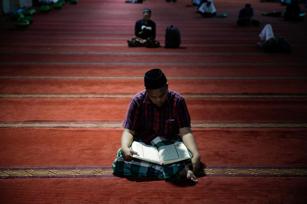 شباب أندونيسيا يطبقون التباعد ويرتلون القرآن