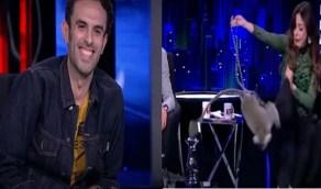 """بالفيديو.. رد فعل صادم لمذيعة بعد شقاوة """"قرد"""" على الهواء !"""