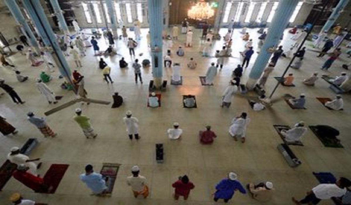 مسلمو بنجلادش يؤدون صلاة الجماعة متباعدين بعد عودة فتح المساجد