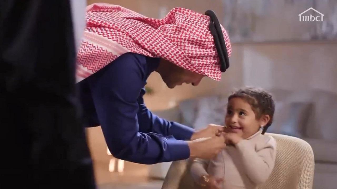 بالفيديو.. وزير الإسكان يمازح ابنته أمام الكاميرا