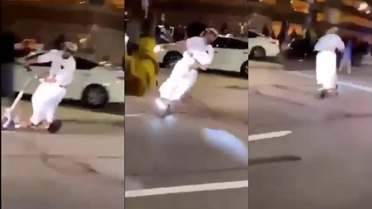"""بالفيديو.. شخص بملابس خليجية يؤدي استعراضا بـ""""سكوتر"""" في المظاهرات الأمريكية"""