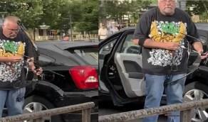 بالفيديو.. متظاهرون يعاقبون مسن أبيض بعدما استهدفهم بالسهم