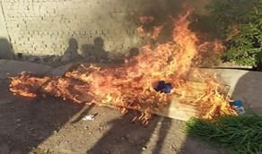 شاهد الأهالي يحرقون نعش امرأة توفت بكورونا