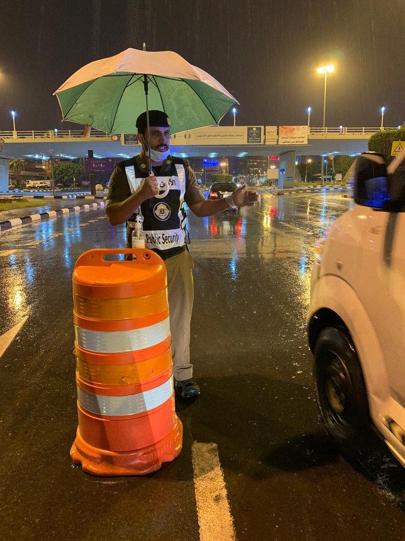 الأمطار لم تمنع رجال الأمن من أداء واجبهم