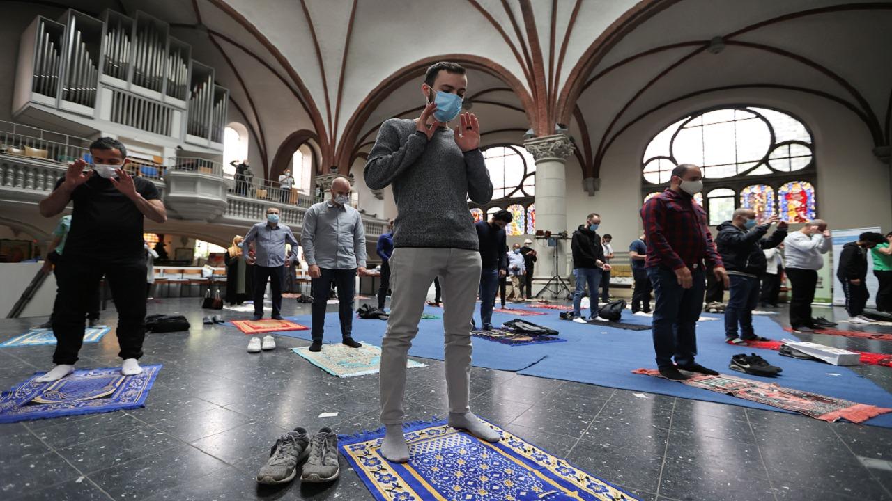 """شاهد.. كنيسة تفتح أبوابها للمسلمين لصلاة الجمعة والراعية: """"الأذان حرك مشاعري"""""""