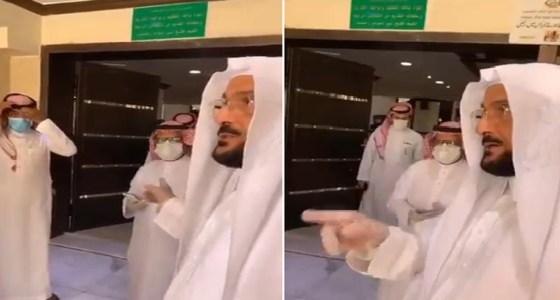 شاهد.. رد فعل وزير الشؤون الإسلامية بعدما لاحظ عدم حضور إمام أحد المساجد بالرياض